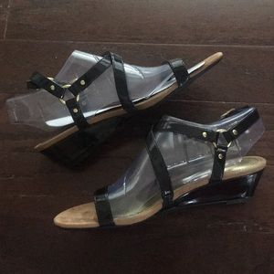 NWT✨Chaps wedge sandal - black patent